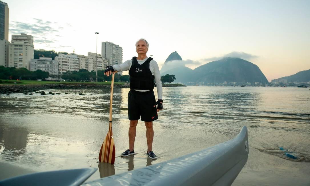 Inspiração.Mauro Barbosa, de 79 anos, rema até oito quilômetros na canoa haviana Foto: Brenno Carvalho / Agência O Globo