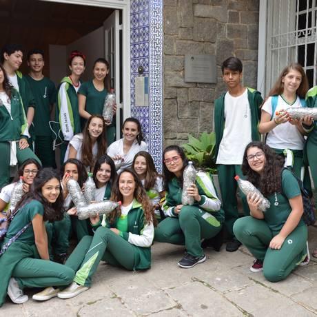 Alunos do Bom Jesus Canarinho e o anel solidário. Foto: Divulgação