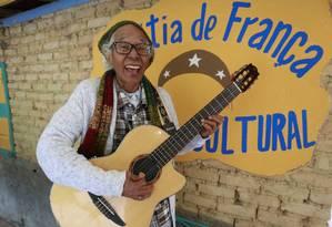 Cátia de França diante do centro cultural aberto em fevereiro. Foto: Marcelo de Jesus / Agência O GLobo