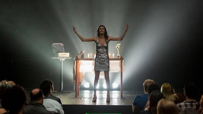A atriz Renata Carvalho em cena na peça Foto: Tiago Lima