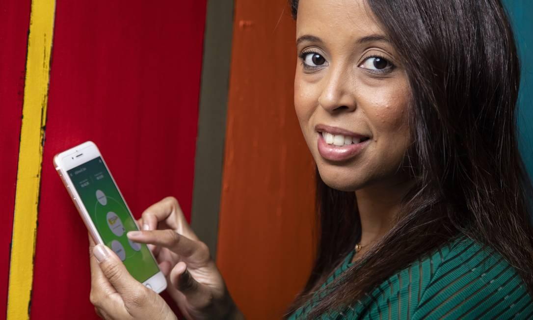 Sem taxas. A fisioterapeuta Queila Cristina só recebe pelo DinDin, que permite transferir dinheiro entre contatos do celular Foto: Agência O Globo / Leo Martins