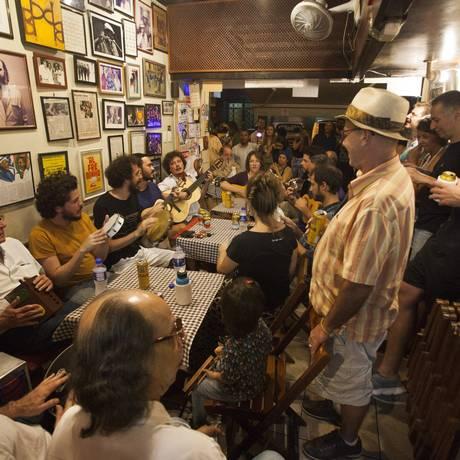 Sucesso de público. Roda de samba anima interior do Bip Bip e a calçada da Rua Almirante Gonçalves, em Copacabana: shows são sempre gratuitos Foto: Agência O Globo