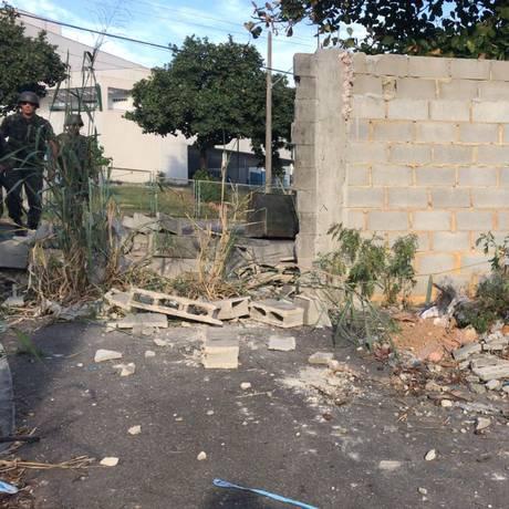 Muro foi destruído por militares Foto: Divulgaç]ao/CML