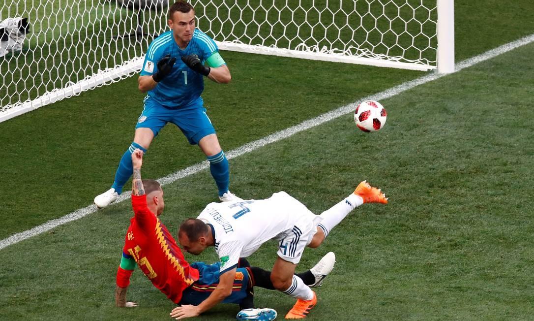 Em uma divida estranha entre Sergei Ignashevich e Sérgio Ramos, sai o primeiro gol da Espanha Foto: MAXIM SHEMETOV / REUTERS