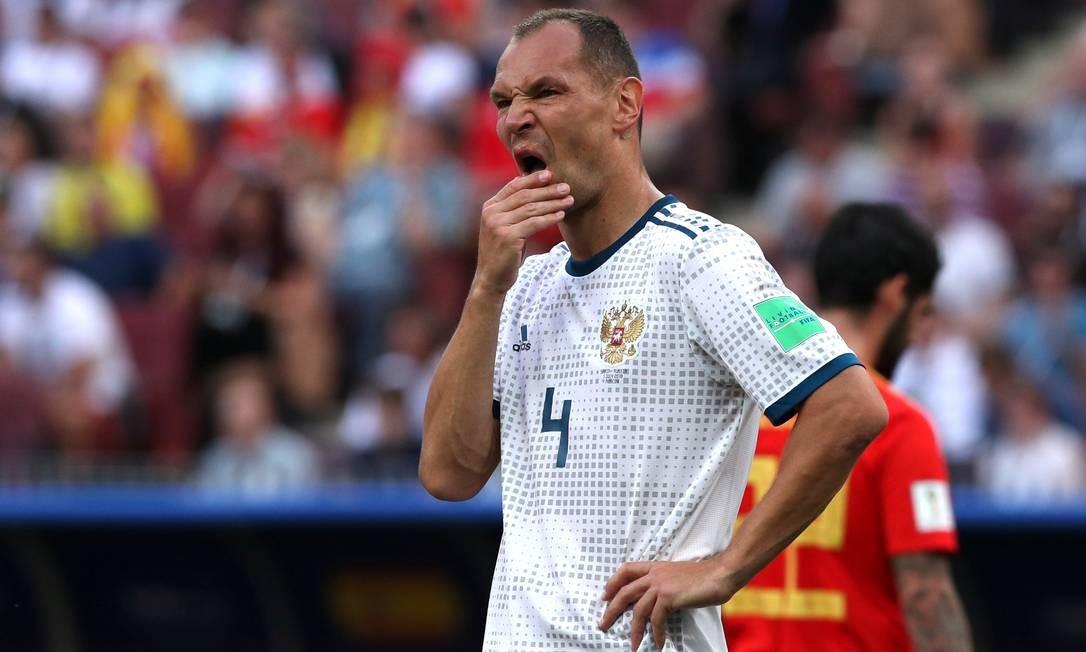 Autor de gol contra, Sergei Ignashevich aparece desolado Foto: ALBERT GEA / REUTERS