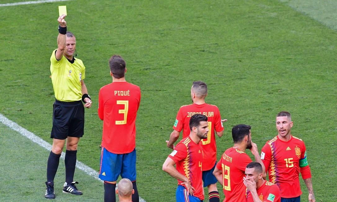 Árbitro holândes Bjorn Kuipers aplica cartão amarelo para Sérgio Ramos pelo pênalti Foto: MLADEN ANTONOV / AFP