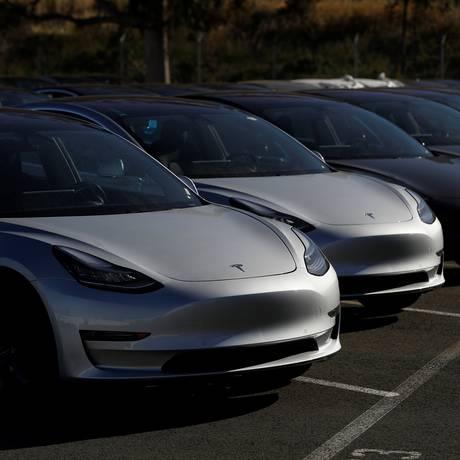 Fila de Teslas Model 3 produzidos na Califórnia Foto: STEPHEN LAM / REUTERS
