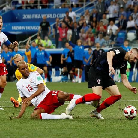 O dinamarquês Mathias Jorgensen fez pênalti no croata Rebic, mas não foi expulso Foto: JASON CAIRNDUFF / REUTERS