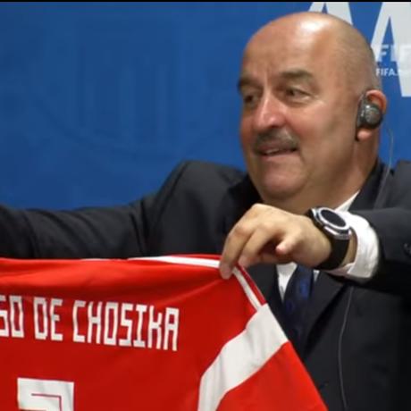 Treinador da Rússia entrega camisa autografada a jornalista peruano Foto: Frame/Fifa