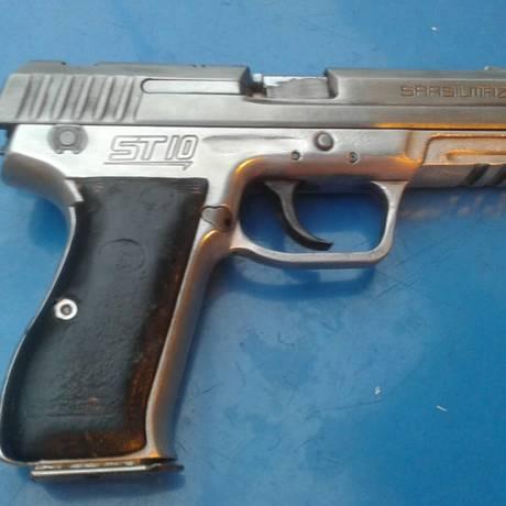 A arma que, segundo os PMs, foi encontrada com o suspeito que morreu Foto: Reprodução