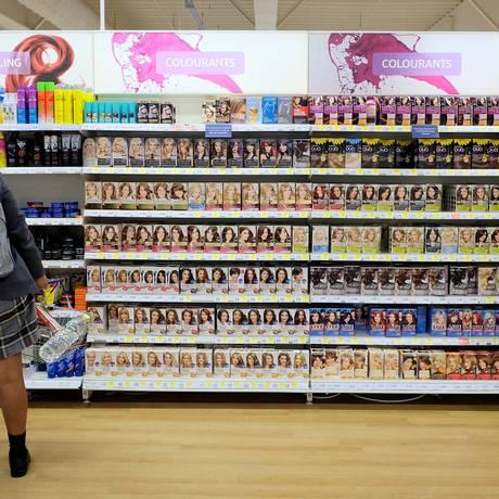 Menina observa produtos em prateleira do supermercado Tesco em loja no sul de Londres. Foto: Hannah McKay/Reuters