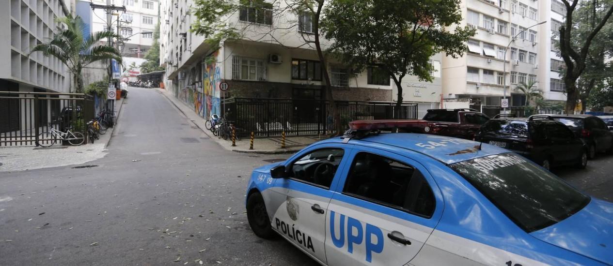 Carro da Polícia Militar em rua do Leme. Chapéu Mangueira teve tiroteio Foto: Pablo Jacob / Agência O Globo