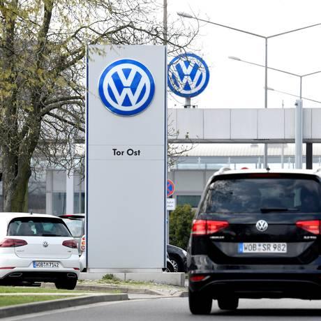 Logomarca da Volkswagen é vista em fábrica em Wolfsburg, na Alemanha. Foto: Fabian Bimmer/Reuters