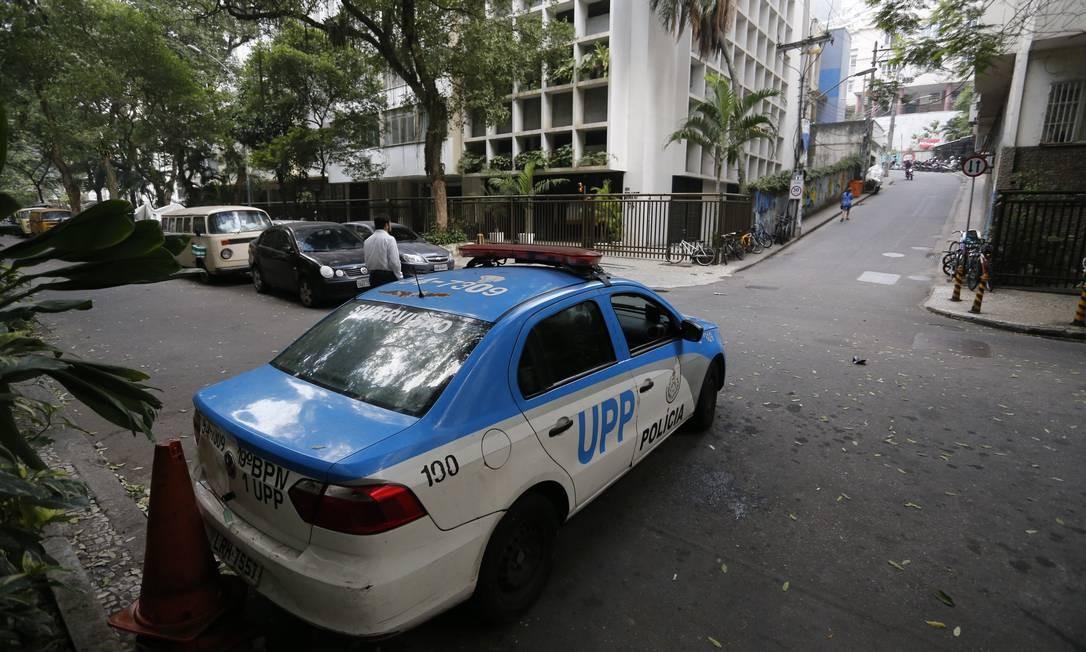 Um carro da PM perto dos morros da Babilônia e Chapéu Mangueira, no Leme Foto: Pablo Jacob / Agência O Globo / 02-07-2018