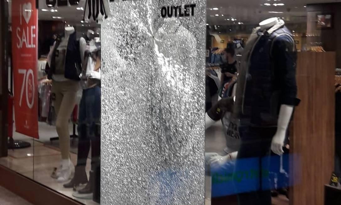90682415ba6 RI - Testemunhas relataram que tiros foram disparados no shopping Foto   Reprodução   Twitter