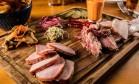 Curadoria. Uma tábua de charcuterie de primeira: 60gr de bacon, 60gr de pastrami, 60gr de lombo, picles e molhos ( R$ 60). Vogue Square. Av. das Américas 8585, Barra (9927-46863) Foto: TomasRangel / Divulgação