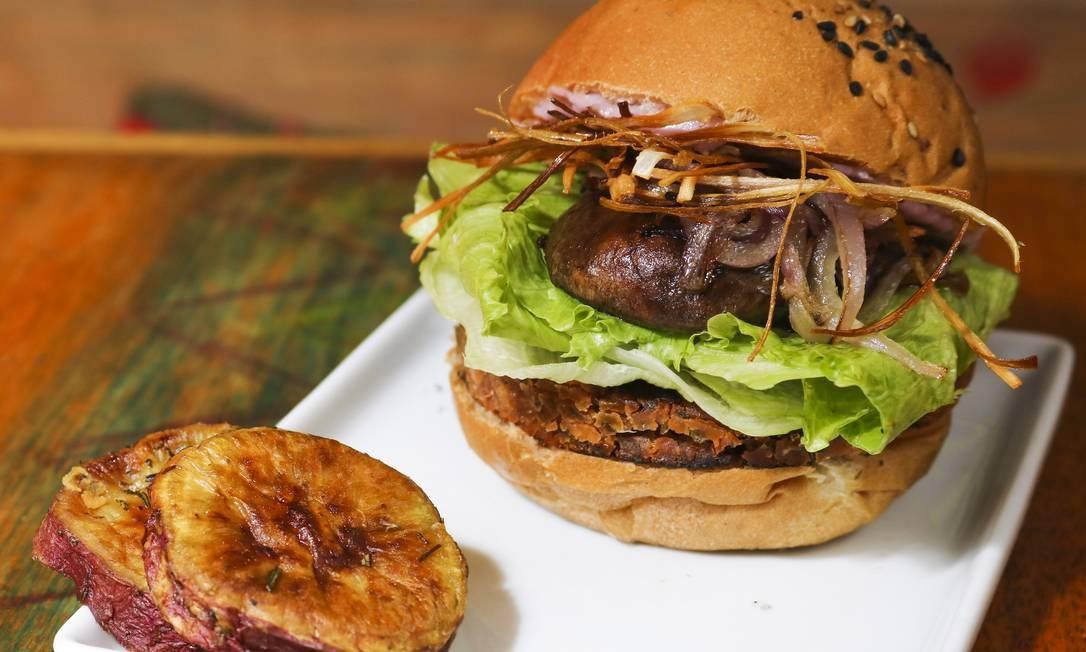 Gaia Art & Café. Com o cardápio livre de carnes, a sugestão é o Pink Vegan Burger: hambúrguer de feijão branco com beterraba, cogumelo Portobello, cebola roxa, alface e crisps de alho poró, servido com creme vegano rosa e batata doce assada (R$ 36). R. Gustavo Sampaio 323, Leme (2244-3306) Oseias Barbosa / Divulgação