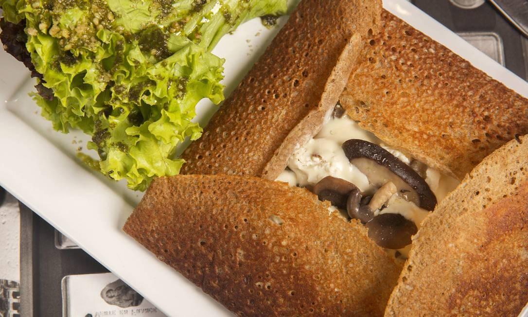 Amélie Creperie. A galette Le Marais leva champignon, shiitake, shimeji ao molho suave de alho e queijo de cabra (R$ 49,00). Shopping da Gávea. Rua Marquês de São Vicente 52, Gávea (2249-9153) Foto: Beto Roma / Divulgação