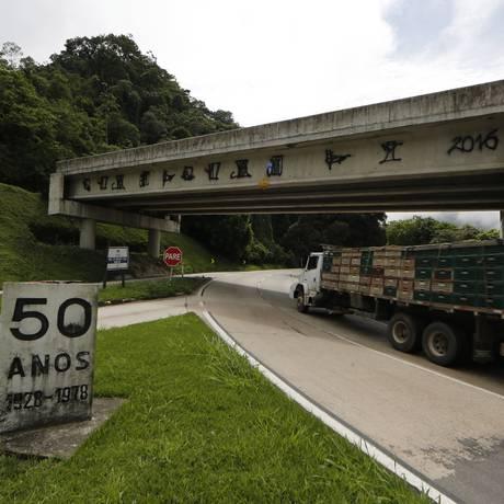 RI - Em 2016, ponte do projeto de duplicacao da subida da BR-040 abandonada na subida da serra sentido Juiz de Fora Foto: Antonio Scorza / Agência O Globo