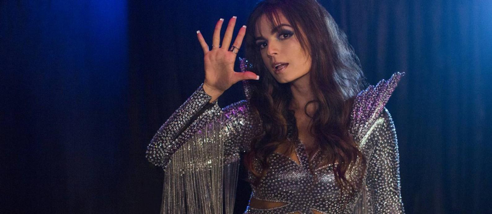 Emanuelle Araujo em 'Samantha!', como atriz que mantém os dois filhos com apresentações nostálgicas Foto: Fabio Braga/Netflix / Fabio Braga/Netflix