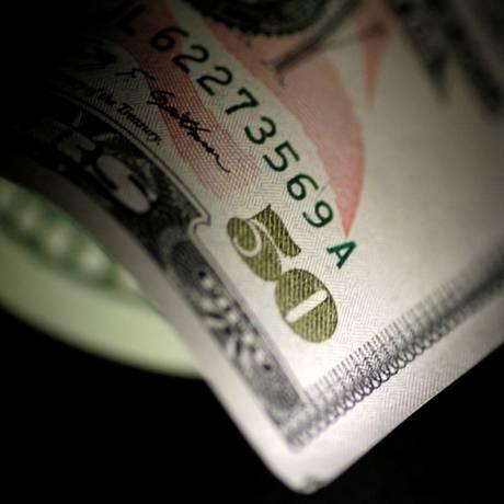 A moeda americana iniciou o pregão em queda por causa do cenário externo Foto: Thomas White / Reuters