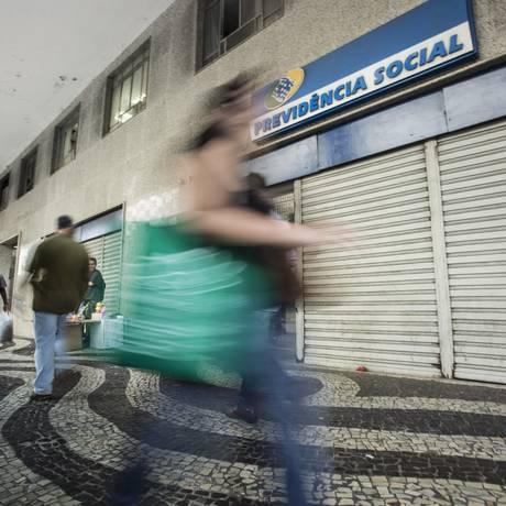 Segurados precisam ficar atentos ao prazo para requerer benefício Foto: Ana Branco / Agência O Globo