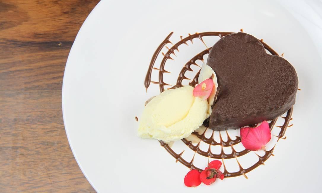 Don Juan Contemporâneo. O brownie em formato de coração é servido com sorvete de creme, calda de chocolate e flor comestível (R$ 25). R. Dr. Paulo Alves 14, Ingá, Niterói (3174-5055) Foto: Divulgação