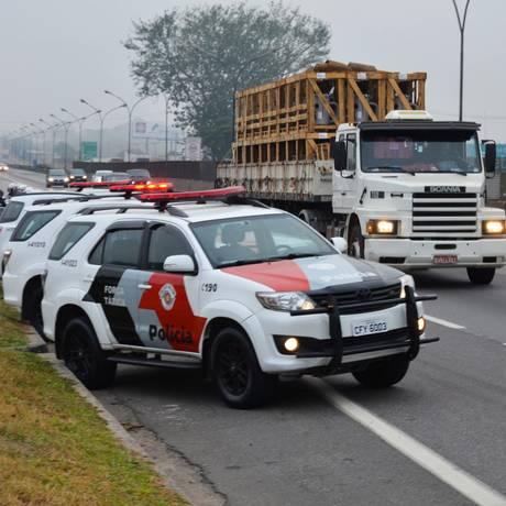 Carros da Polícia Militar de São Paulo em estrada paulista. Foto: Nilton Cardin / 30-5-2018 Foto: Nilton Cardin / Parceiro / Agência O Globo / Agência O Globo