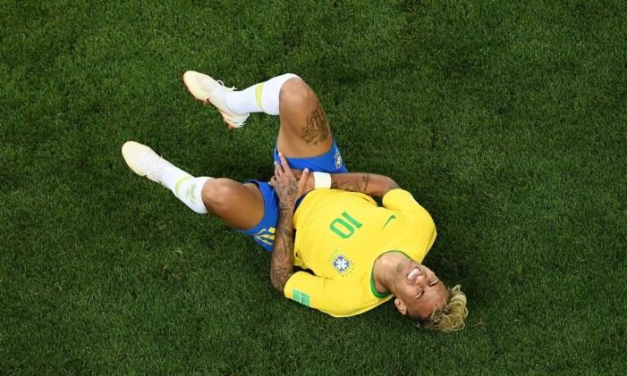 Neymar no chão após sofrer falta contra Suiça Foto: JEWEL SAMAD / AFP