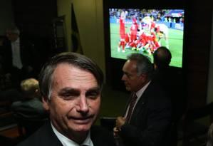 Jair Bolsonaro acompanha partida da Copa do Mundo no cafézinho da Camara Foto: Ailton de Freitas / Agência O Globo