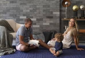 Djalminha com a mulher, Gabriela, e o filho, João Pedro Foto: MCA Studio