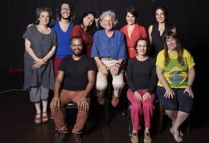 Ariane Mnouchkine com elenco brasileiro Foto: Leo Aversa / Agência O Globo