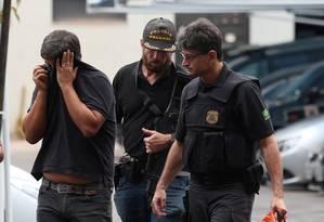 Preso na Operação Ressonância chega à sede da PF no Rio Foto: Fabiano Rocha / Agência O Globo