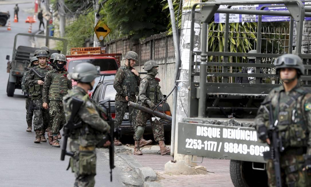 O CML informou apenas que as equipes cumprem uma decisão judicial da Justiça Militar da União Foto: Pablo Jacob / Agência O Globo