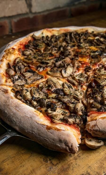 Fiammetta. A pizza tutti funghi leva mozzarella de cura especial, molho de tomate italiano e mix dos cogumelos: funghi, Paris, shiitake e shimeji (R$ 43, individual). Casa & Gourmet. Rua General Severiano 97, 1 piso, Botafogo (2295-9096) Foto: TomasRangel / Divulgação