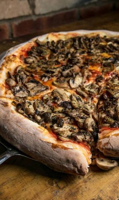Fiammetta. A pizza tutti funghi leva mozzarella de cura especial, molho de tomate italiano e mix dos cogumelos: funghi, Paris, shiitake e shimeji (R$ 43, individual). Casa & Gourmet. Rua General Severiano 97, 1 piso, Botafogo (2295-9096) TomasRangel / Divulgação