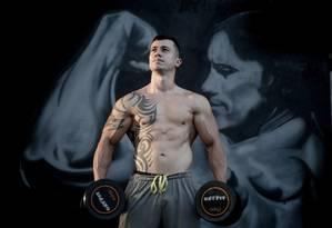 Lucas Cabral, 44 centímetros de bíceps. Em busca do corpo trincado, ele usou um anabolizante sem controle Foto: Marcos Alves / Agência O Globo