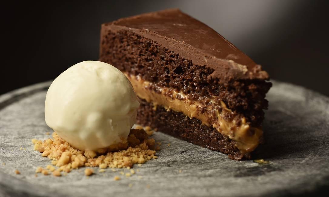 Del Plin. A torta Miele (R$ 28) é um bolo pão de mel com recheio de doce de leite, cobertura de chocolate e sorvete de leite. Av. das Américas 3900, 1º piso, Barra (3252-2806) Foto: Bruno de Lima / Divulgação