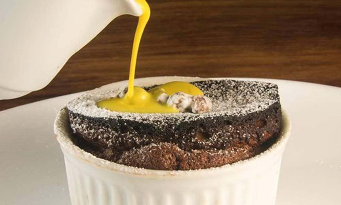 Duo Restaurante. O sufê de chocolate com pistache é finalizado com calda de açafrão (R$36). Av. Érico Veríssimo 690, Barra (2484-4547) Foto: Bruno de Lima / Divulgação