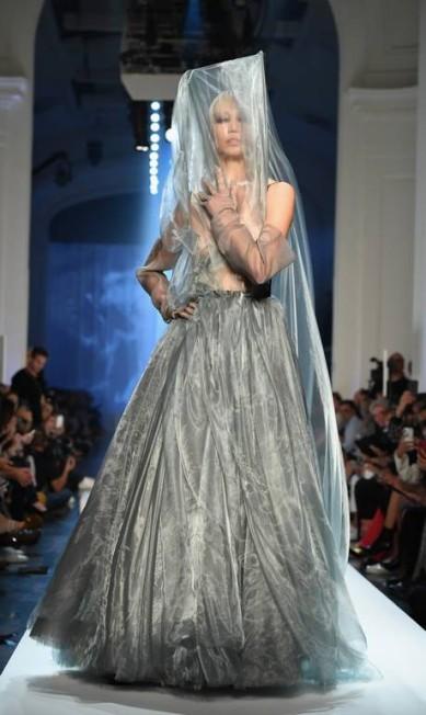 No desfile de Jean Paul Gaultier, o cinza vem como cor primária do vestido de noiva, que simulou uma espécie de fumaça. Não deixa de ser uma opção para o branco ou gelo Pascal Le Segretain / Getty Images