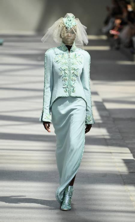 Mais ousadas podem aderir ao verde menta, num conjunto de duas peças, que cai bem numa cerimônia civil. A noiva da Chanel é uma boa fonte de inspiração Pascal Le Segretain / Getty Images