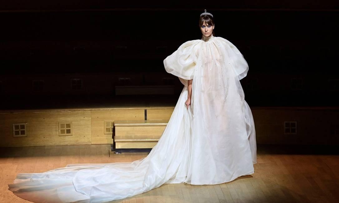Esqueça a transparência do look de Stéphane Rolland e foque no volume da criação, que cai bem em noivas cheias de atitude. O tecido sem brilho também pode ser imitado BERTRAND GUAY / AFP