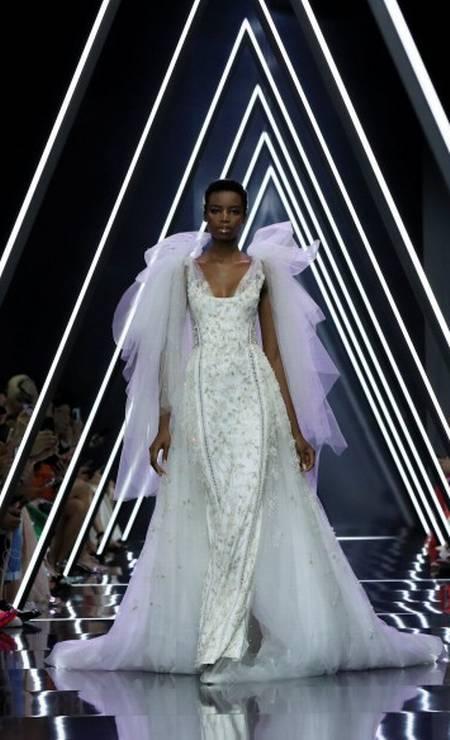 As linhas verticais do vestido Ralph & Russo ajudam a marcar a cintura e alongar o corpo GONZALO FUENTES / REUTERS