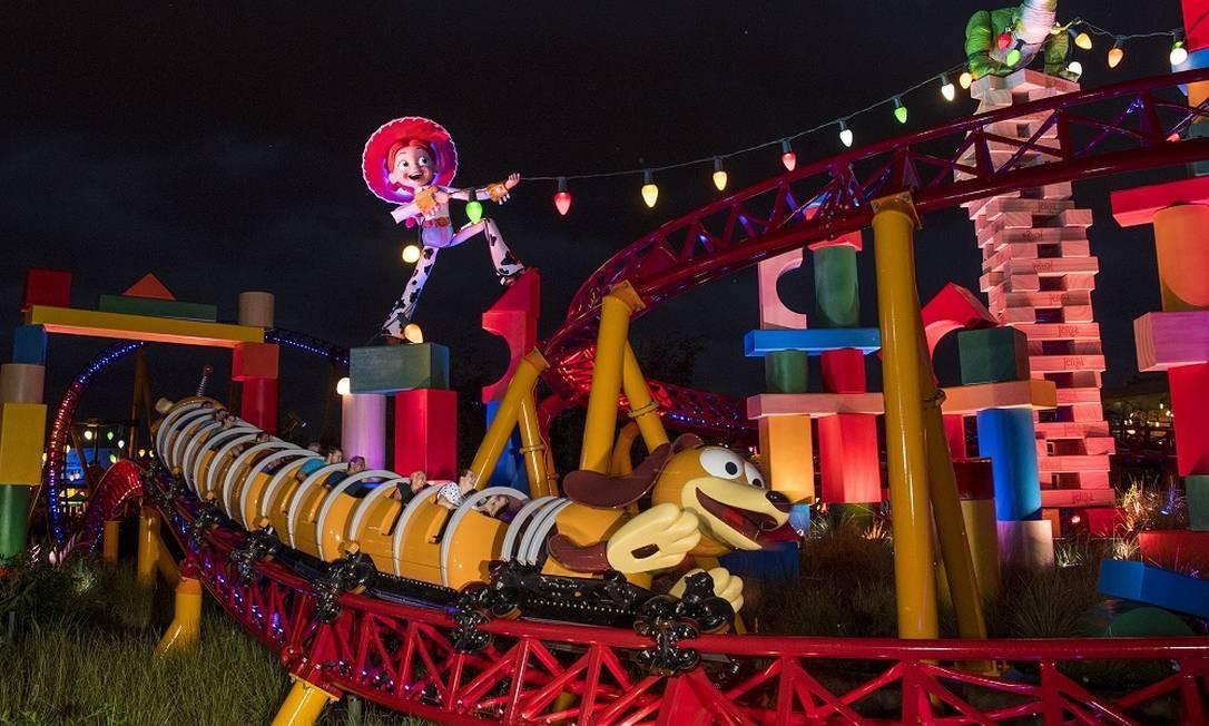 Vista da montanha-russa Slinky Dog Dash à noite e Jessie no fundo Foto: Divulgação