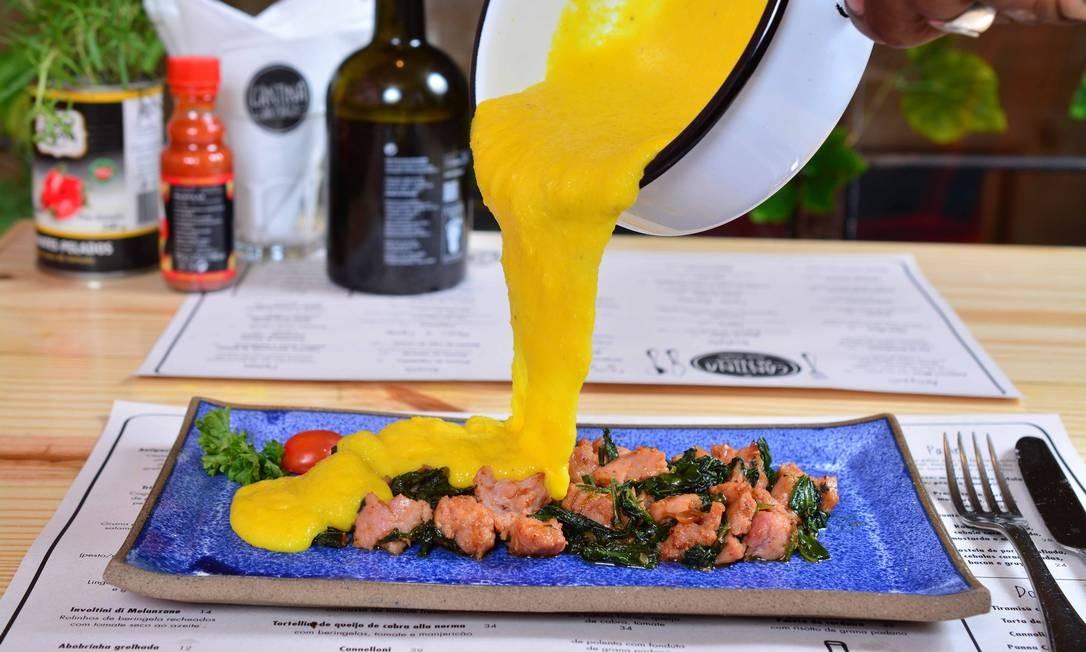 Cantina da Praça. A polenta rústica (R$ 24) é uma entrada finalizada na mesa. A linguiça de pernil com espinafre e grana padano chega no prato e a polenta é derramada como uma calda por cima, diretamente da panela. Rua Jangadeiros 28, Ipanema (3258-9540). Michel Angelo / Divulgação