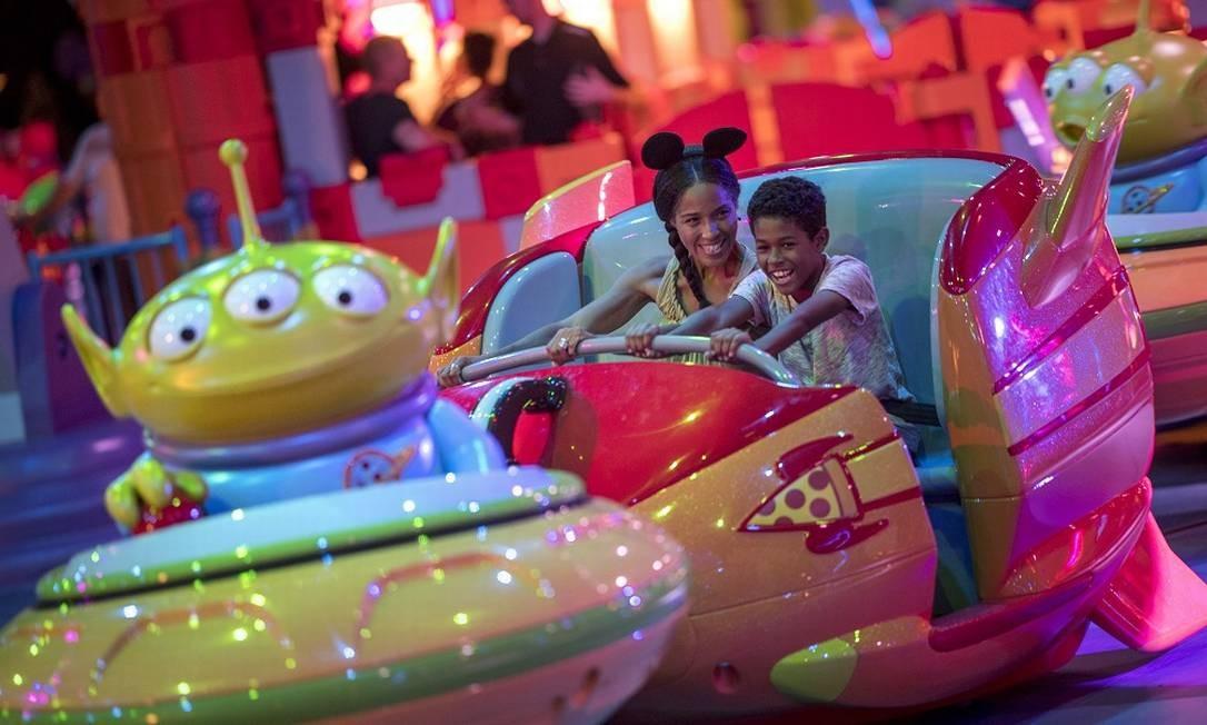 Crianças num foguete na Alien Swirling Saucers Foto: Kent Phillips/Disney