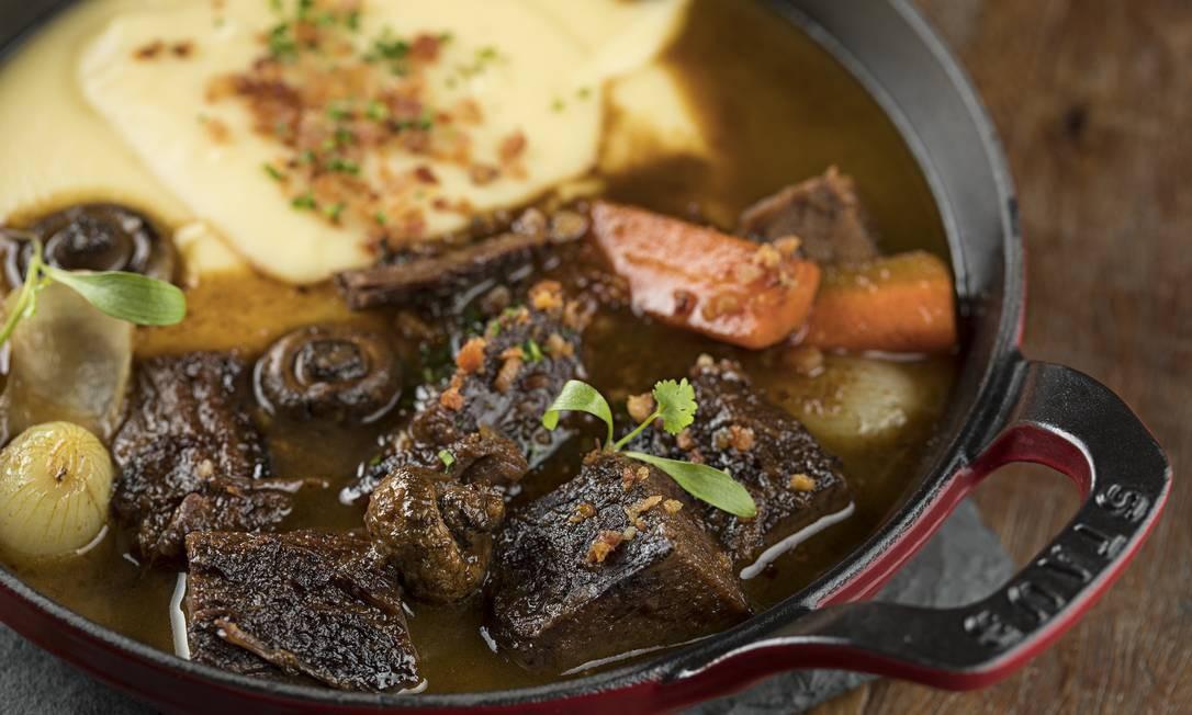 Brasserie Mimolette. O boeuf bourguignon (R$ 53) é servido com aligot. Av. Afrânio de Melo Franco 290, Leblon (2529-2614). Foto: Rodrigo Azevedo / Divulgação