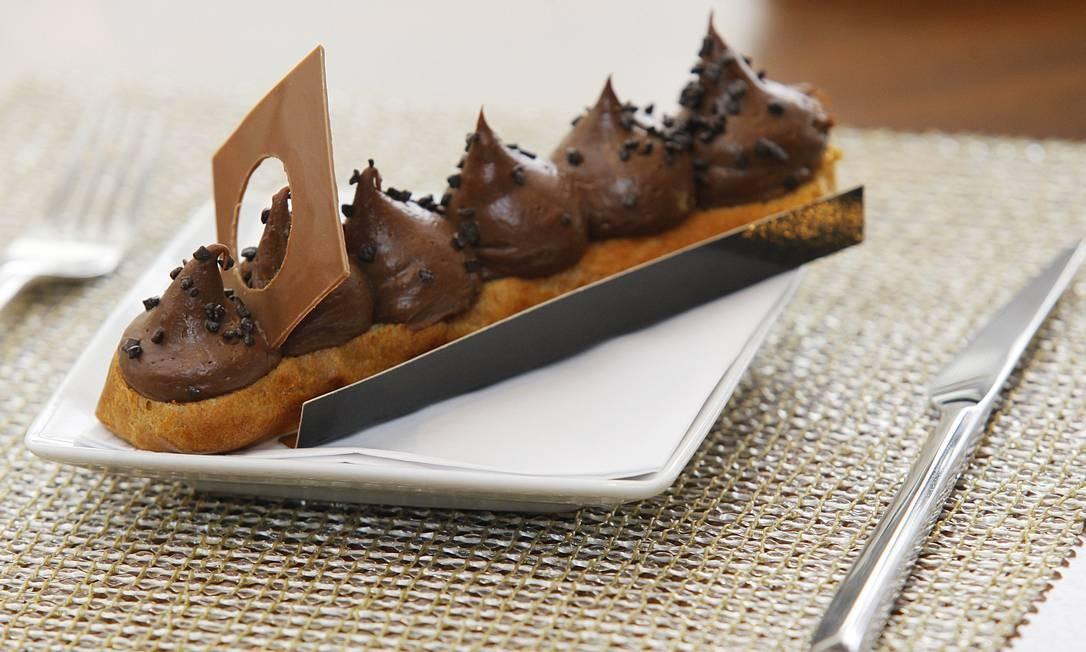 Cajá Café. O éclair chocorange (R$ 20) tem mousse de chocolate 70% e é recheado com coulis de laranja. Sofitel. Av. Vieira Souto 460, Ipanema (2525-2525) Foto: André Gomes de Melo / Divulgação