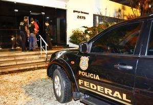 Policiais federais cumprem mandado de busca e apreensão na Zona Sul do Rio Foto: Uanderson Fernandes / Agência O Globo