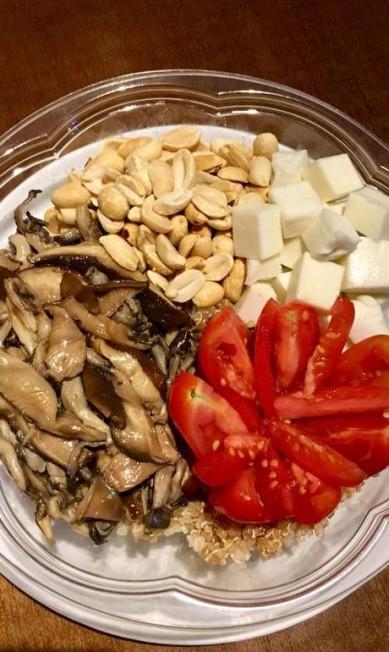 Kale Poke. Além de poder montar o seu próprio poke, os vegetarianos podem escolher o vegan poke (R$ 35): quinoa, molho tradicional, shiitake, shimeji, tofu, amendoim e tomate. Rua Dias Ferreira 668, Leblon (3217-0361) Divulgação